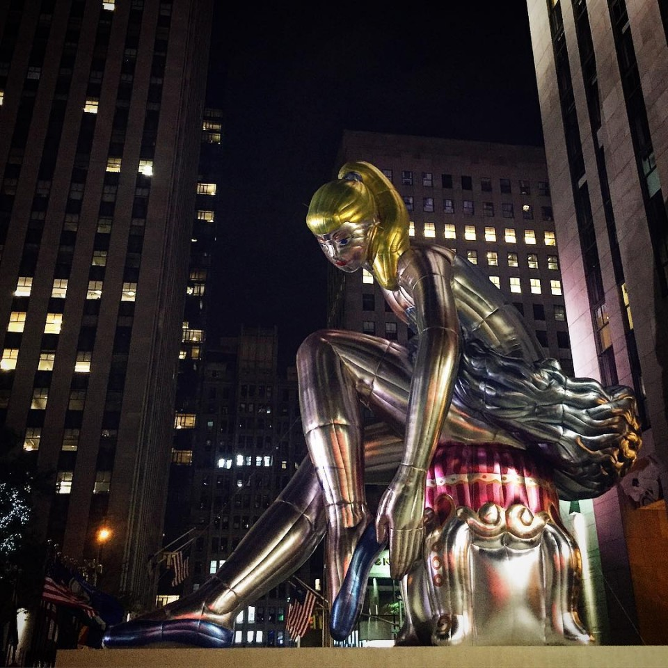 Good night NYC! Fellow marylandinstitutecollegeofart Alumni Jeff Koons Giant Inflatablehellip